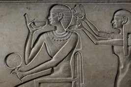 Een relief met Queen Kawit die een spiegel vast heeft, Egyptian National Museum in Cairo